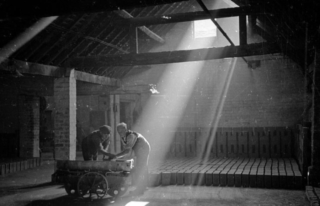 На кирпичном заводе, 1946. Автор Курт Хаттон