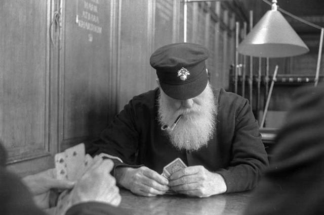 Пенсионеры играют в карты в Королевском госпитале в Челси, Лондон, 1938. Автор Курт Хаттон