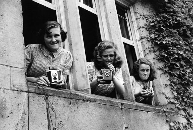 Девочки, фотографирующие из школьных окон возле Шрусбери мультипликатора Рональда Сирла, 1950. Автор Курт Хаттон