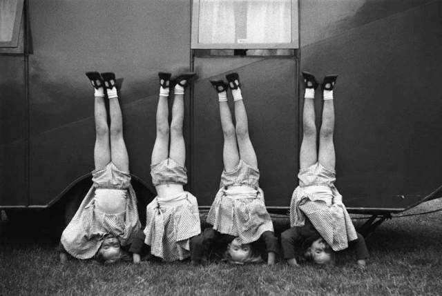 Стойка на голове. Ярмарка в Бристоле, 1954. Автор Курт Хаттон