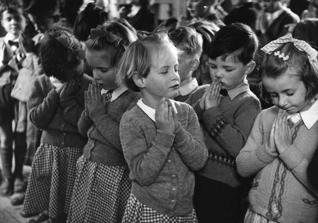 Утренняя молитва в деревенской школе Уэстерли, 1953. Автор Курт Хаттон