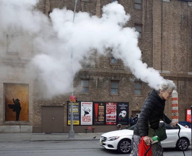 Мистика неожиданного в уличных фотографиях. Автор Антимос Нтагкас (7)