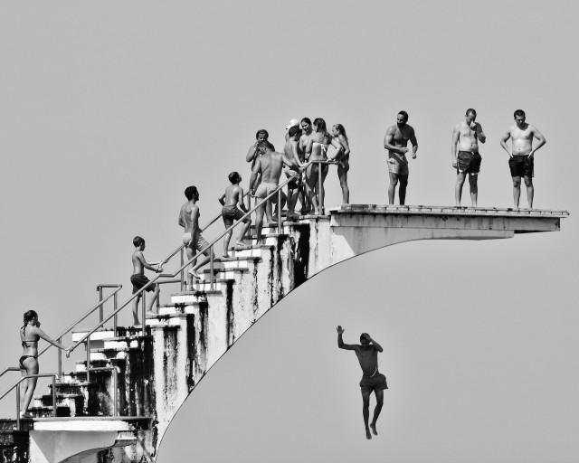 Мистика неожиданного в уличных фотографиях. Автор Антимос Нтагкас (4)