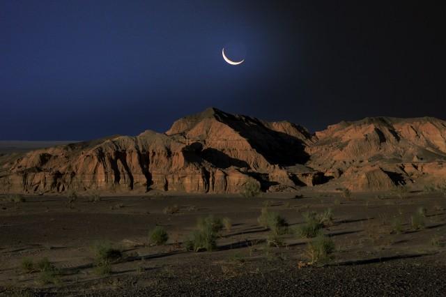 Молодая Луна над скалами, 2016. Фотограф Марк Прогин