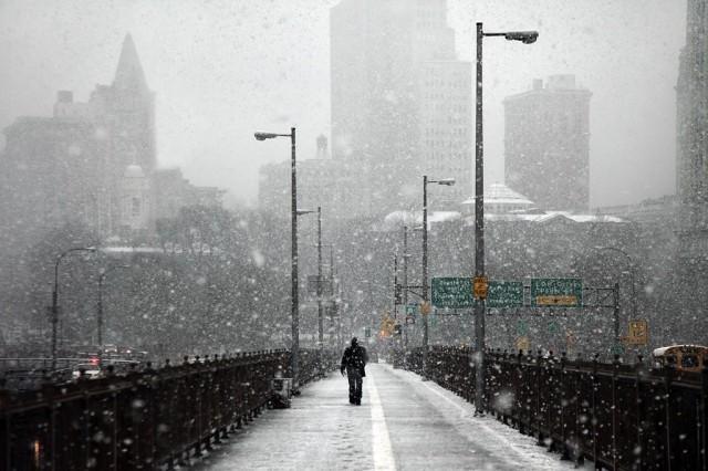 Снегопад и пешеход, Нью-Йорк. Автор Кристоф Жакро