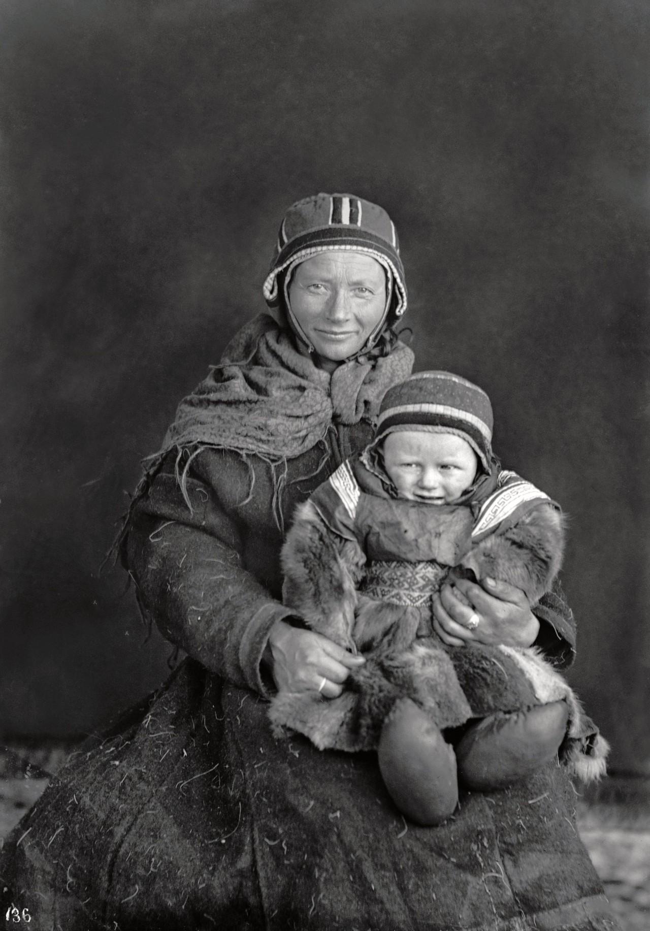 Брита Олсдаттер Нанго с малышом. Автор Софус Тромгольт