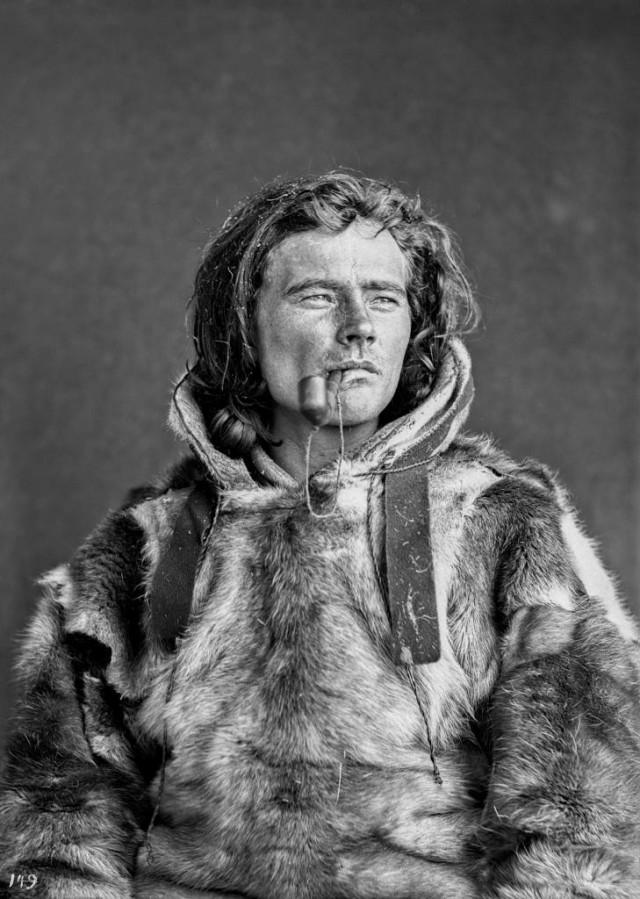 Йозеф Хенриксен Бульо в традиционной саамской меховой куртке. Автор Софус Тромгольт