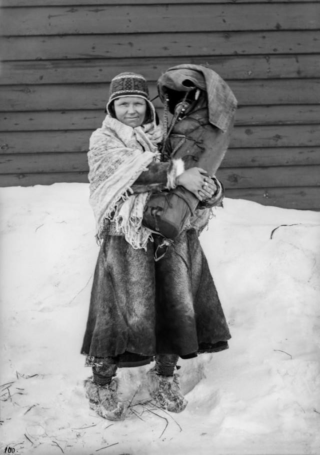 Лапландка с младенцем. Автор Софус Тромгольт