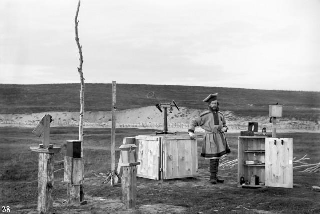 Софус Тромгольт с оборудованием, которое он привёз с собой в Кёутукейну