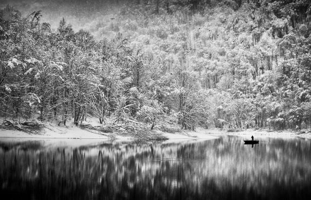 Рыбалка на озере после снегопада. Автор Петер Свобода