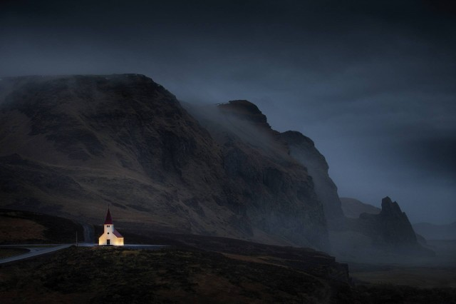 Церковь на юге Исландии в дождливые сумерки. Автор Петер Свобода