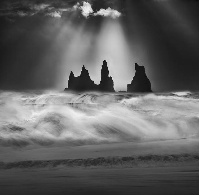 Базальтовые кекуры Рейнисдрангар и сердящийся Атлантический океан, Исландия. Автор Петер Свобода