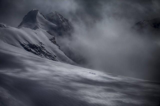 Группа альпинистов в Швейцарских Альпах. Автор Петер Свобода