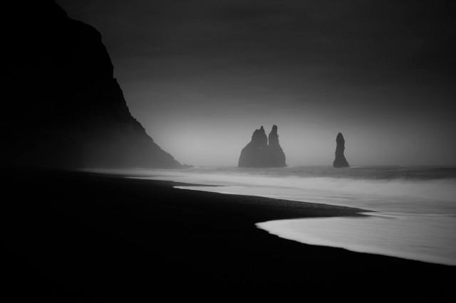 Пляж с чёрным песком в Исландии. Автор Петер Свобода