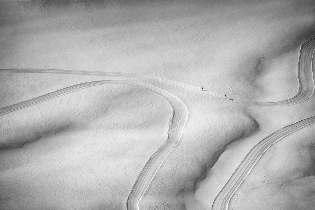 Лыжники, соревнующиеся в Альпах Австрии. Автор Петер Свобода