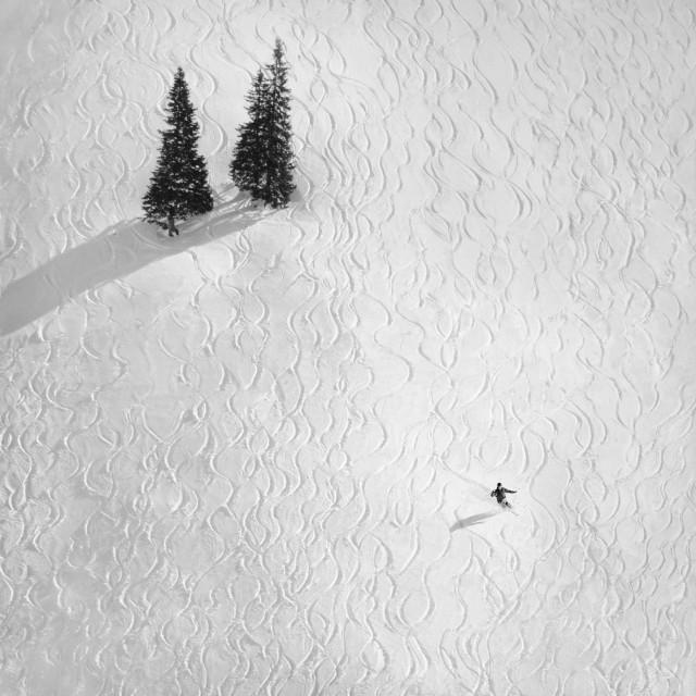 Лыжник на горном склоне в Австрии. Автор Петер Свобода