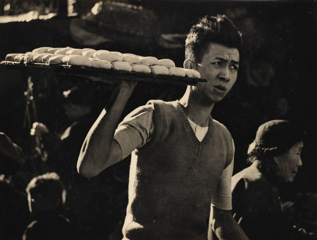 Доставка тофу, Гонконг, 1961. Автор Фан Хо