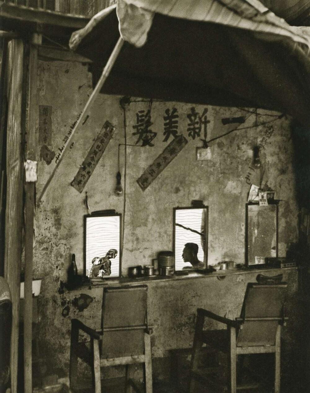 Парикмахерская на тротуаре, 1960. Автор Фан Хо