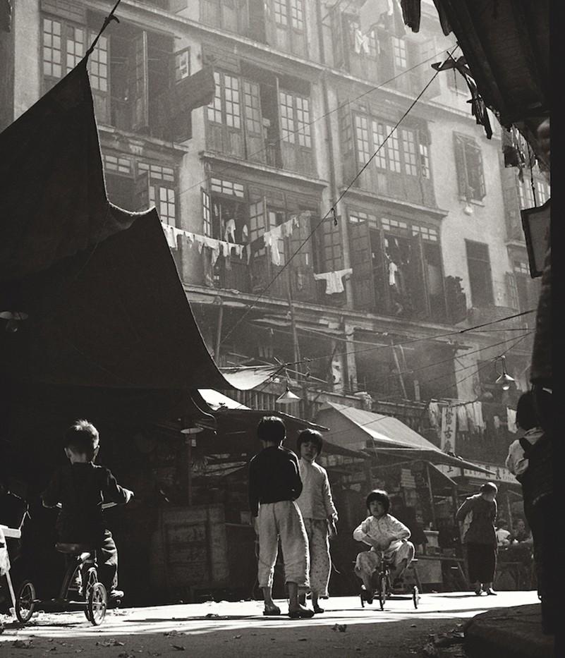 Дети на трёхколёсных велосипедах, Гонконг, 1950-60-е. Автор Фан Хо