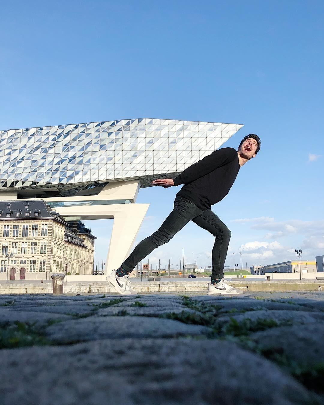 «Обеликс несёт свою скалу». Порт Антверпена. Автор Тиаго Силва
