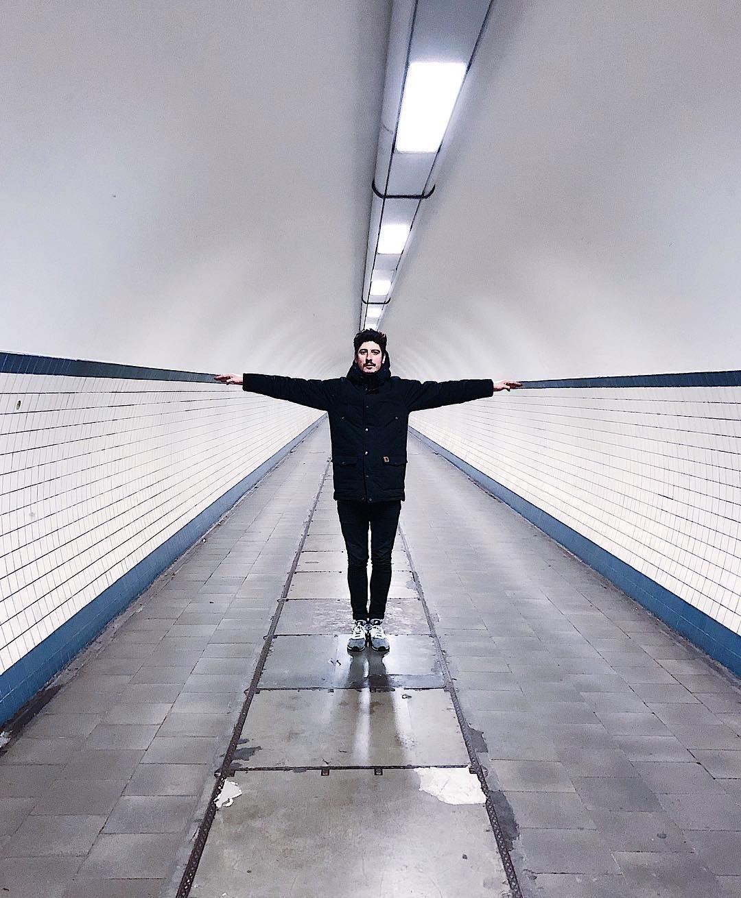 «Удлинённый человек». Туннель Святой Анны под рекой Шельдой в Антверпене. Автор Тиаго Силва