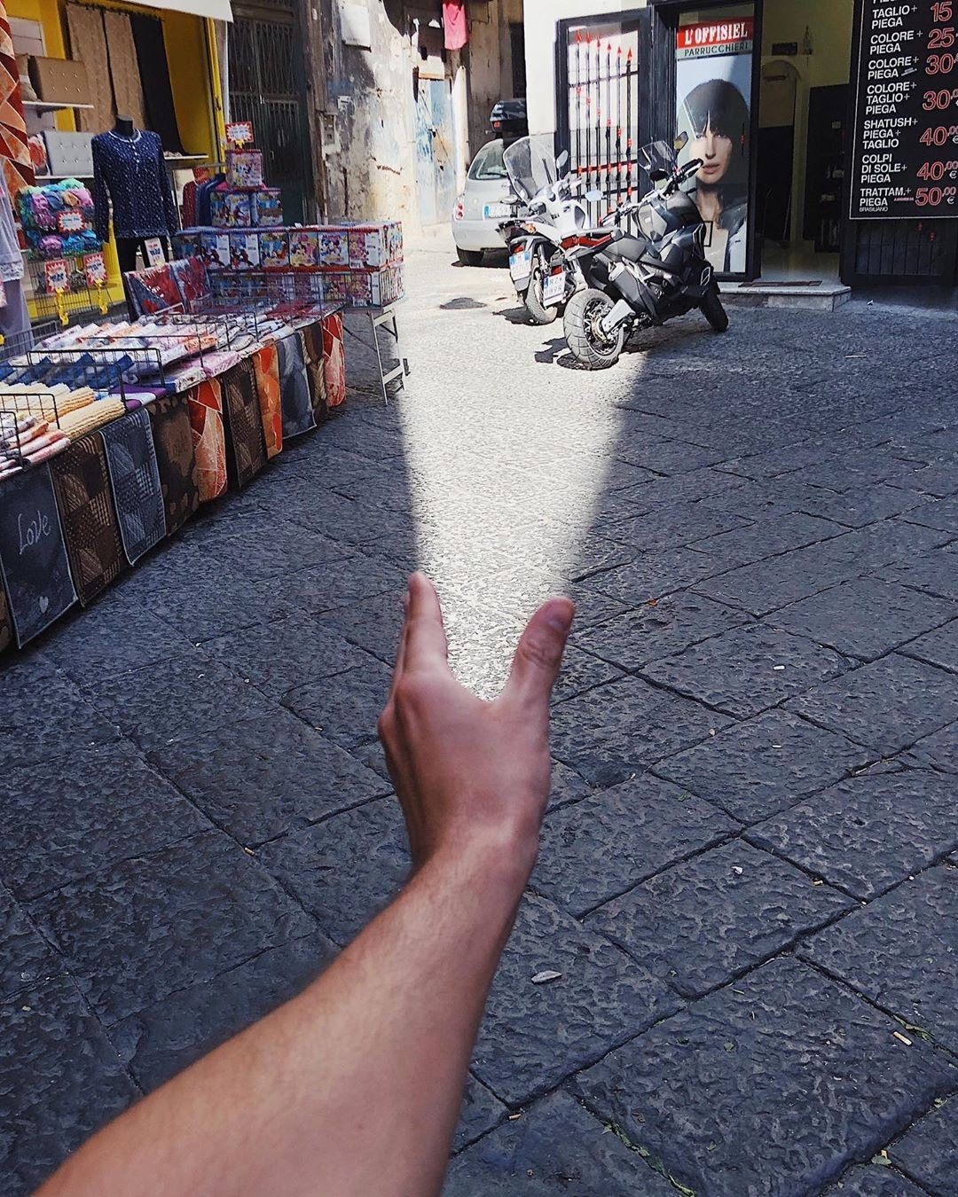 «Человеческий фонарик». Неаполь, Италия. Автор Тиаго Силва