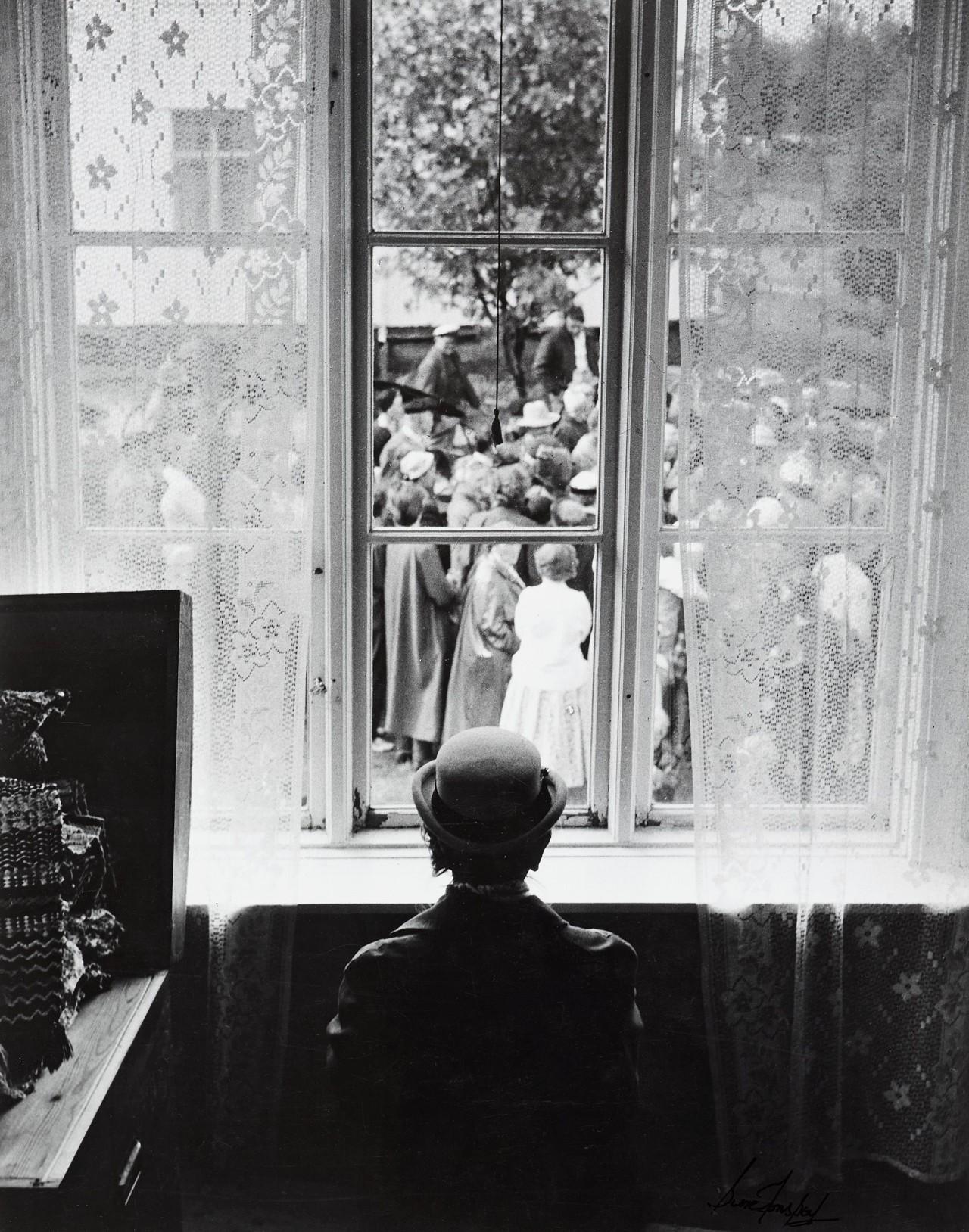 Толпа во вдворе, 1950-е. Автор Суне Юнссон