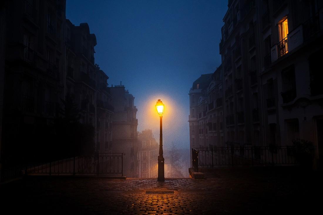 Финалист в категории «Ночная фотография», 2020. «Фонарь встречает рассвет в Париже». Автор Жером Менье