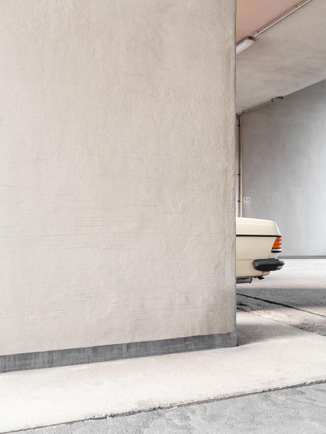 2 место в категории «Открытая тема», 2021. «Прошлые времена». Здание 1950-х годов и почти такой же старый автомобиль. Автор Ян Пренгель