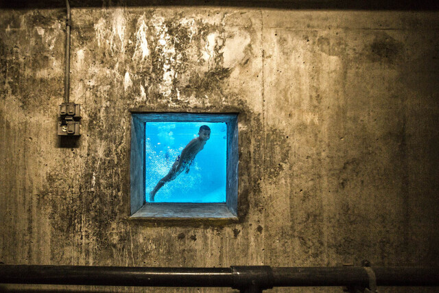2 место в категории «Уличная фотография», 2021. «По другую сторону». Мальчик в общественном бассейне в Медельине, Колумбия. Автор Педро Лондоньо