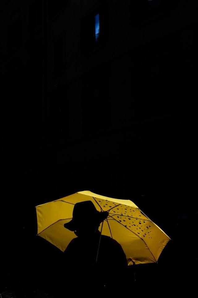 Финалист в категории «Уличная фотография», 2019. «Голубая капля». Рим. Автор Давиде Бергамини