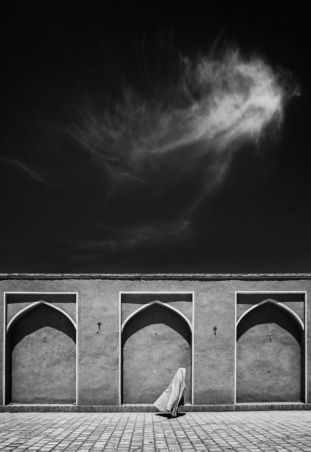 3 место в категории «Уличная фотография», 2019. Женщина, спешащая в мечеть на богослужение. Автор Фаршид Ахмадпур