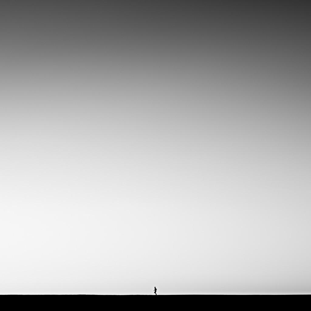 Финалист в категории «Файн-арт», 2019. Бег трусцой на рассвете по набережной в городе Лайм-Риджис, графство Дорсет. Автор Тим Бут
