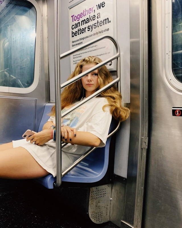 «Девушка в метро». Автор Дэниел Арнольд