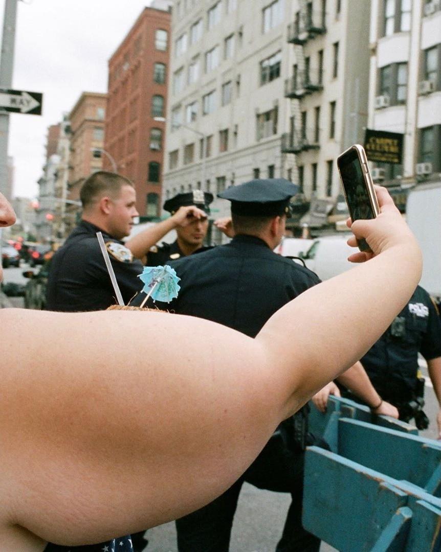«Селфи с полицией». Автор Дэниел Арнольд
