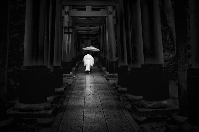 Поощрительная премия в категории «Люди» среди профессионалов, 2020. Святилище тысяч ворот, Япония. Автор Синсукэ Есида