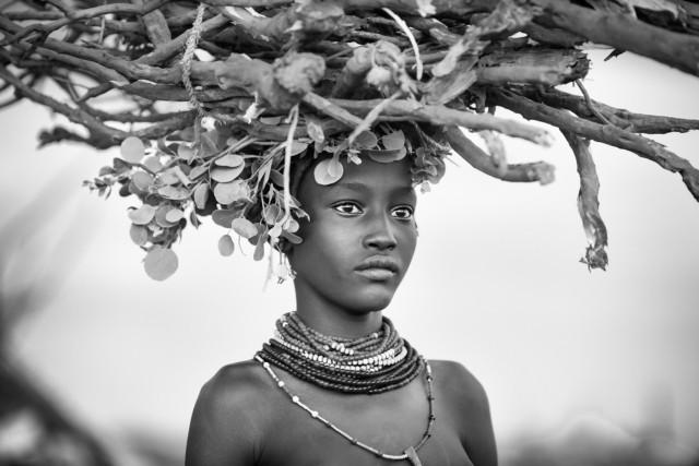 1 место в категории «Люди» среди любителей, 2020. «Девушка несёт дрова». Долина Омо, Эфиопия. Автор Карин Де Винтер