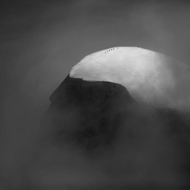 1 место в категории «Природа» среди профессионалов 2018. «У края пропасти». Альпинисты приближаются к вершине горы Брайтхорн в Пеннинских Альпах, Швейцария. Автор Петер Свобода
