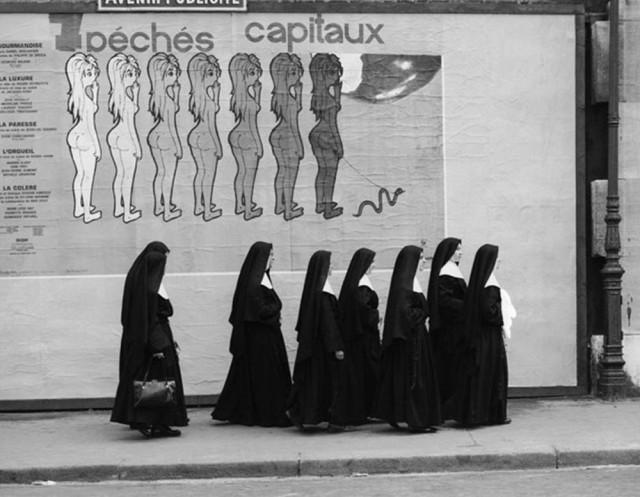 «7 смертных грехов» (на заднем плане плакат с описанием похоти, обжорства, гнева, зависти, гордыни, жадности и лени). Автор Рене Мальтет