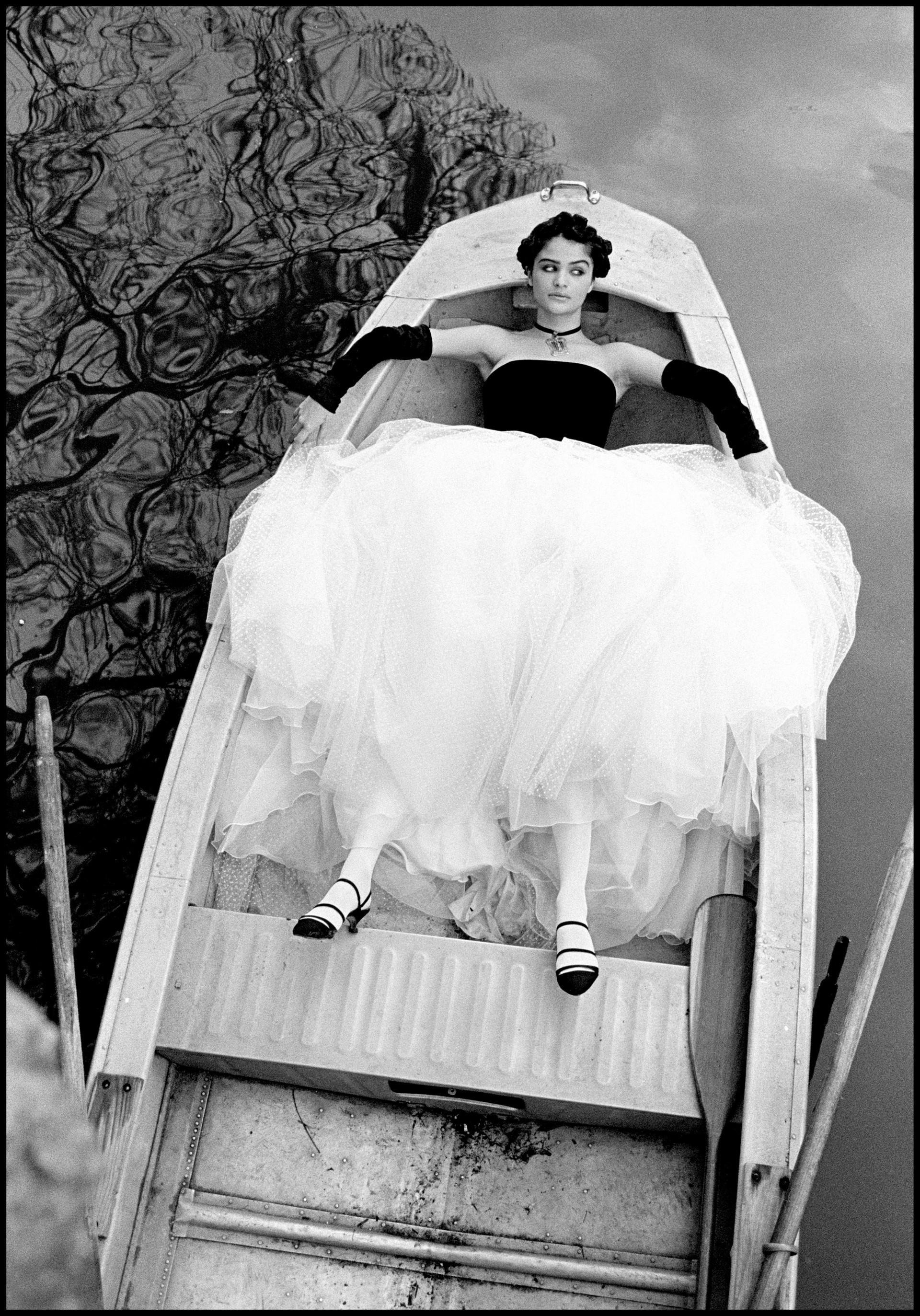 Супермодель Хелена Кристенсен в лодке в Новом Орлеане, 1990. Автор Артур Элгорт