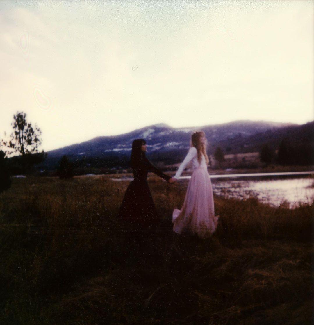 Две девушки. Фотограф Брэнди Фокс