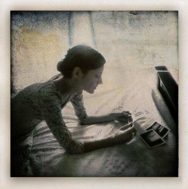 «Женщина, рассматривающая полароиды». Фотограф Гэри Айзекс