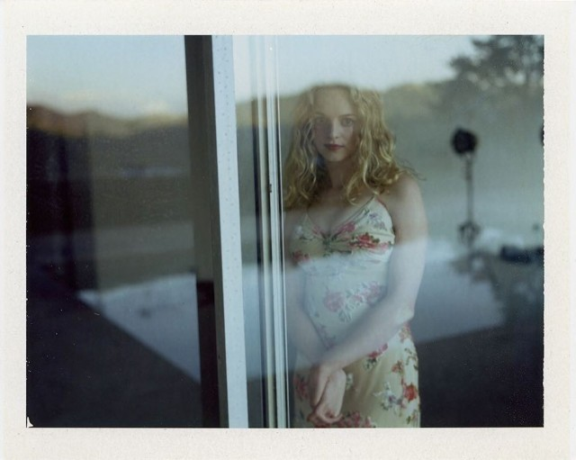 Хизер Грэм у окна. Фотограф Дьюи Никс