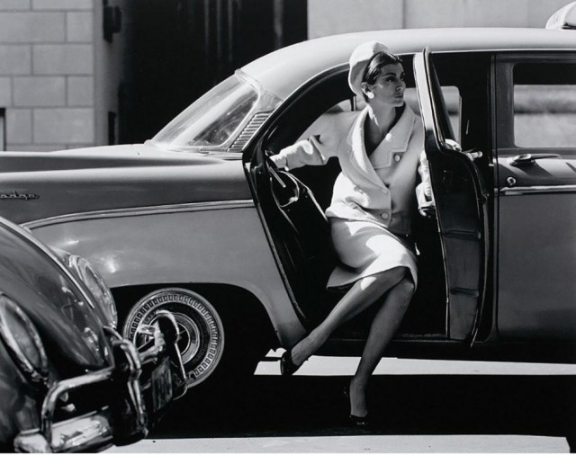 Кармен выходит из такси, 1959. Фотограф Джерри Шацберг