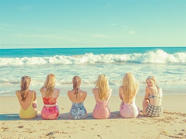Девушки на пляже. Фотограф Тайлер Шилдс