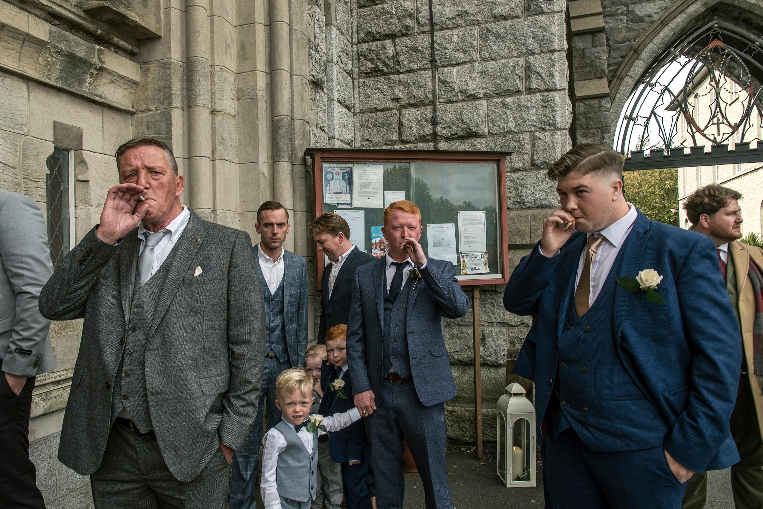 Коннорсы, ожидающие невесту у церкви в Дублине, 2019. Из серии «Ирландские цыгане». Фотограф Джозеф Филипп Бевиллард