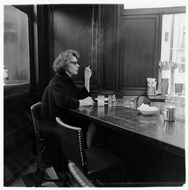 Женщина за барной стойкой, Нью-Йорк, 1962. Фотограф Диана Арбус