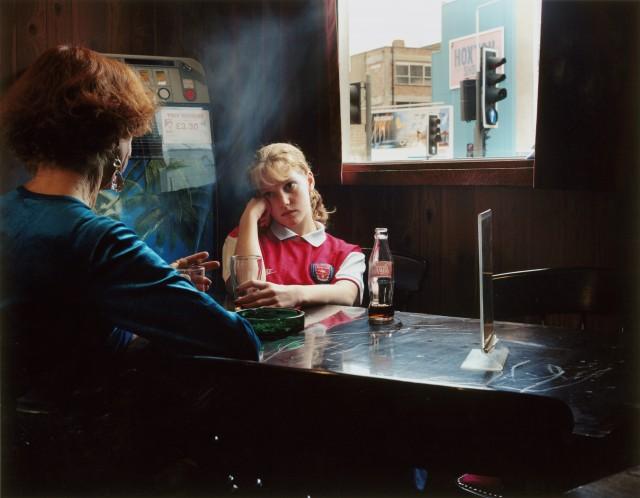 За столиком, 1998. Фотограф Ханна Старки
