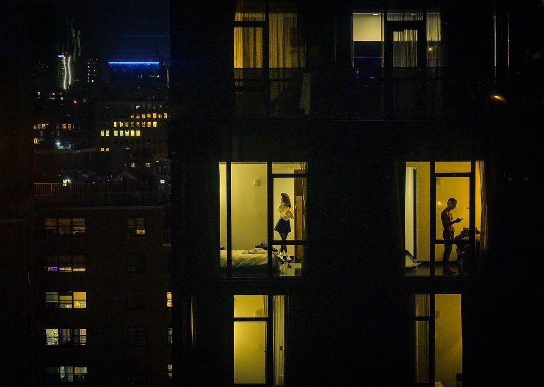 Вечерний Нью-Йорк, напоминающий картины Эдварда Хоппера. Фотограф Дина Литовски