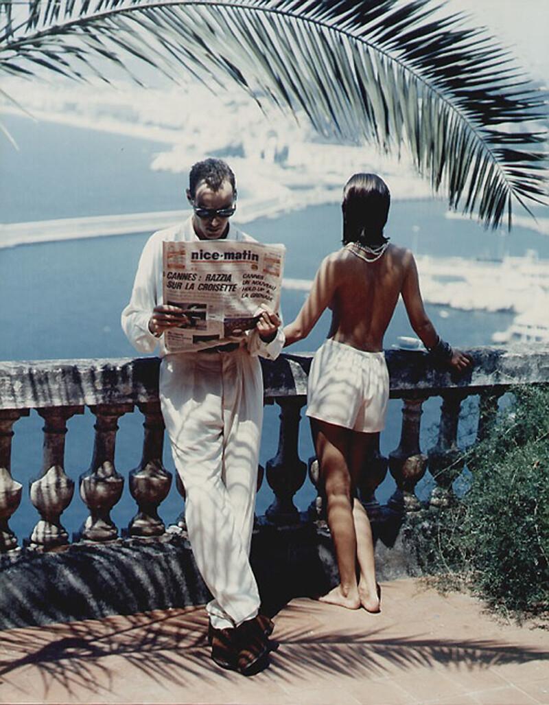 Мужчина с газетой Nice-Matin, Лазурный берег, 1984. Фотограф Хельмут Ньютон